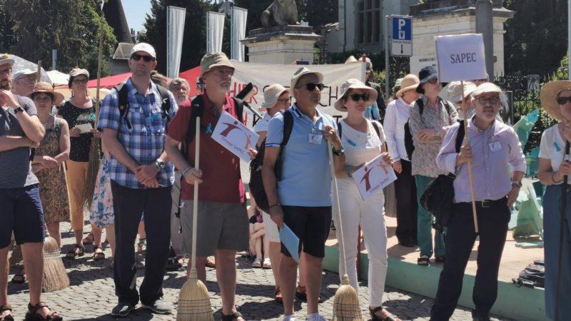 Les membres du groupe Sapec au premier rang des manifestants contre les abus sexuels dans l'Eglise   © kath.ch