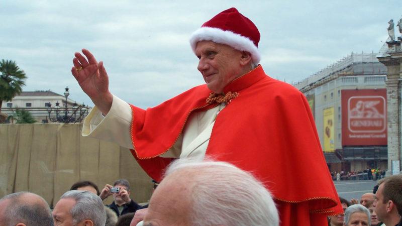 Le pape Benoit XVI portant camauro (bonnet) et tabarro (cape) en 2005 | Wikimedia Commons - Ash Lux -CC BY 3.0
