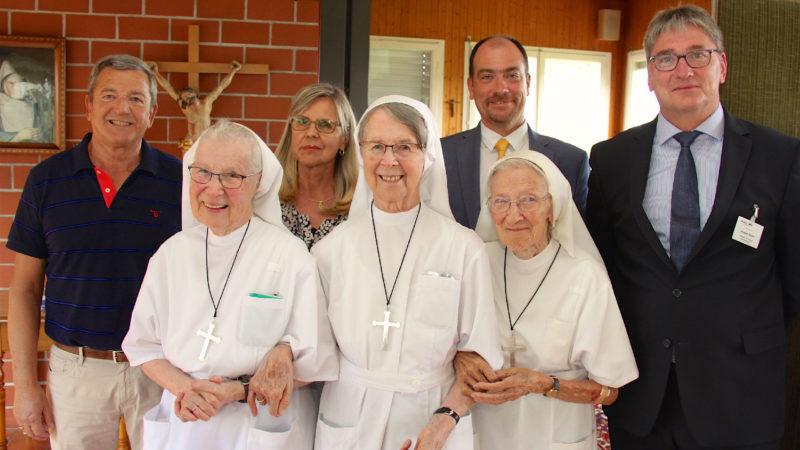 Les Sœurs hospitalières Véronique, Rita et Marie-Bernard avec la direction de l'hôpital.   DR