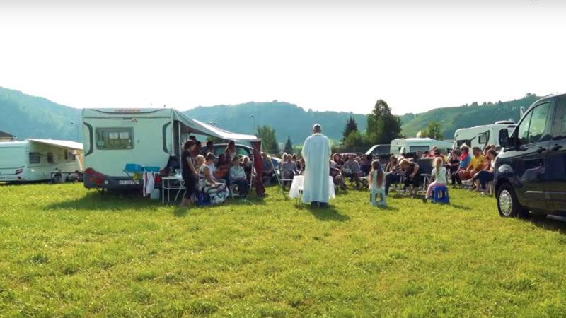 Des Yéniches suisses célébrant la messe, sur la route d'Einsiedeln   © Pierre Pistoletti