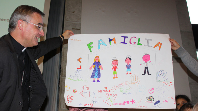 Il vescovo ad un incontro con le famiglie.