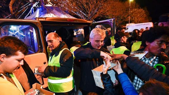 Il cardinale Konrad Krajewski mentre distribuisce cibo ai poveri e senzatetto (VaticanInsider).
