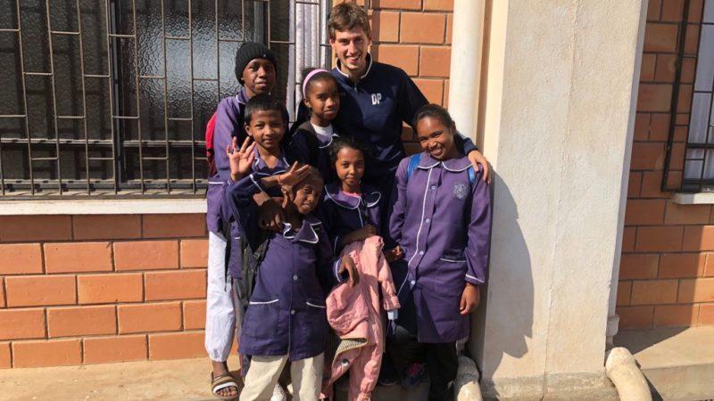 Dennis in Madagascar con i bambini accuditi dalle missionarie