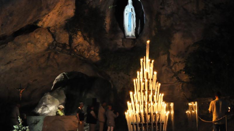 La Grotta delle apparizioni mariane di Lourdes, un luogo legato al dogma dell'Immacolata.