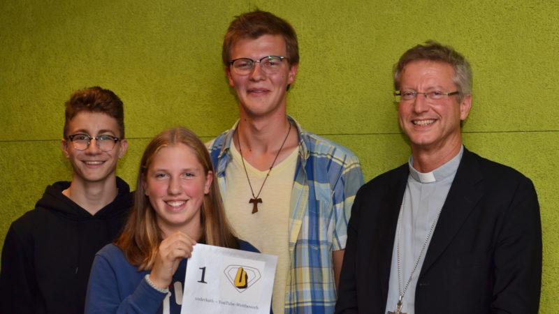 Il vescovo Alain De Raemy con un gruppo di giovani che recentemente ha incontrato a Roma