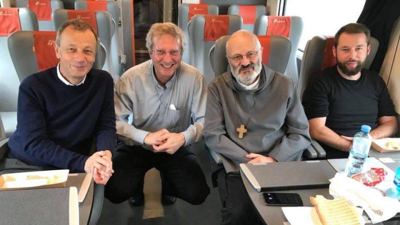 Sul treno per Roma il 3 ottobre: padre Alois di Taizé, mons. Alain de Raemy, Mauro Lepori e Pierre Pistoletti, caporedattore di cath.ch. Si sono ritrovati assieme per raggiungere il Sinodo.
