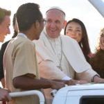 Papa Francesco con alcuni giovani.