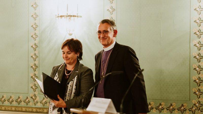 La consegna della Dichiarazione a Marina Carobbio.