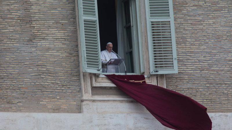Il Papa durante la preghiera dell'Angelus