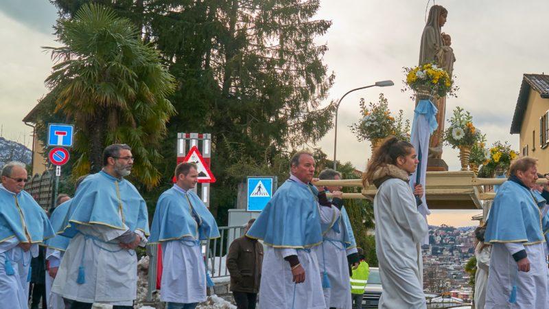 La statua della Vergine Maria in processione.