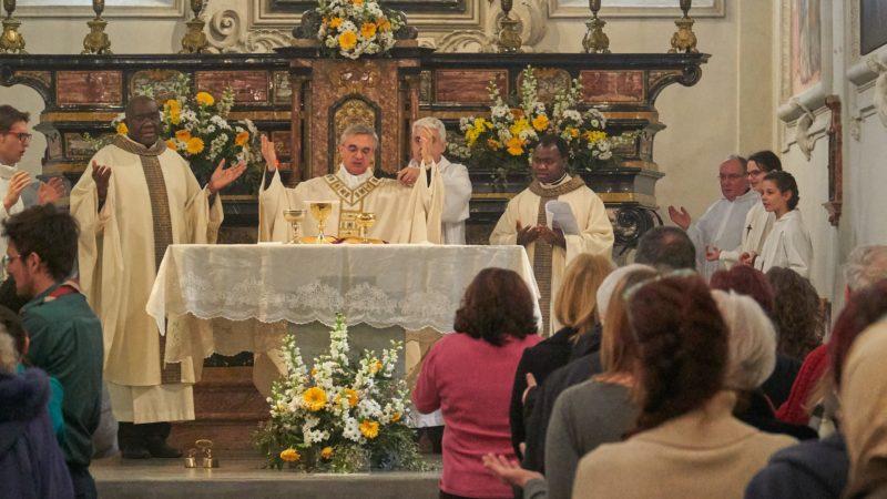 Il vescovo mons. Lazzeri durante la celebrazione della mattina.