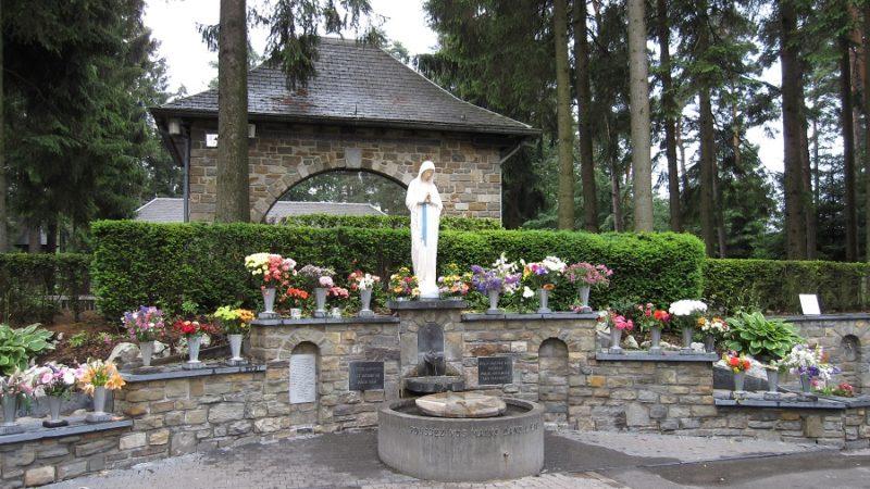 La statua della Madonna a Banneux (Belgio).