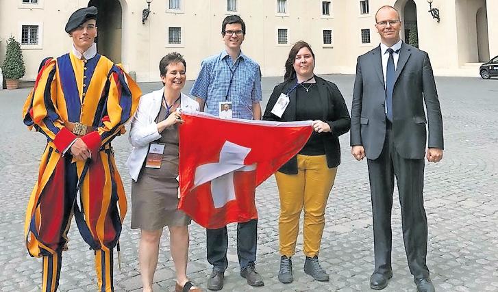 Da sinistra: una guardia svizzera, Claire Jonard, coordinatrice del Centro per le vocazioni della Svizzera romanda, Romane Fiabane, Aline Jacquier e l'addetto stampa delle Guardie Svizzere, Urs Breitenmoser.