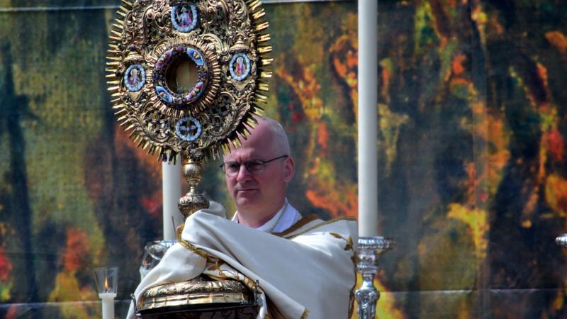 Liturgie Anteilnahme Bischof Charles Morerod an der Fronleichnamprozession in Freiburg | © 2012 Georges Scherrer