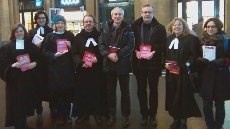 Pfarrer und Pfarrerinnen gegen die Durchsetzungsinitiative: Verena Mülethaler (3. v. l.), Christoph Sigrist (3. v. r.) | © Sonja Keller