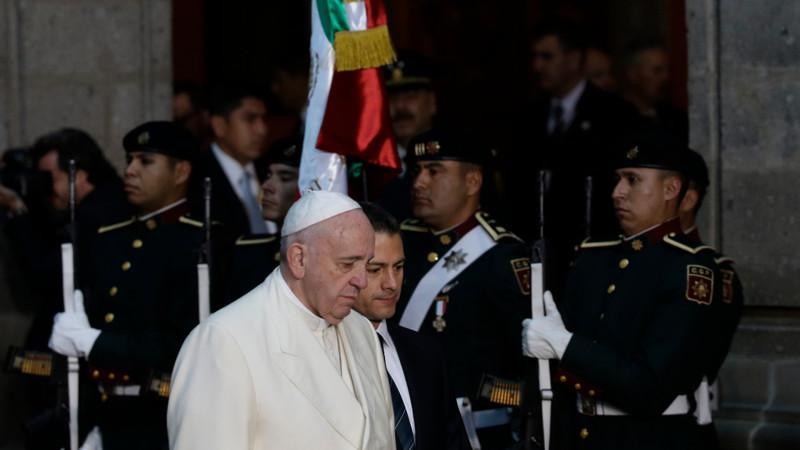 Papst Franziskus beim Empfang in Mexikos Präsidentenpalast an der Seite von Staatspräsident Enrique Pena Nieto. | © 2016 KEYSTONE/AP Photo/Gregorio Borgia