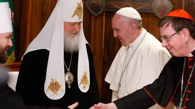 Papst Franziskus und Patriarch Kyrill I., begleitet von Kardinal Kurt Koch (r.) und Metropolit Hilarion (l.) | © 2016 KNA