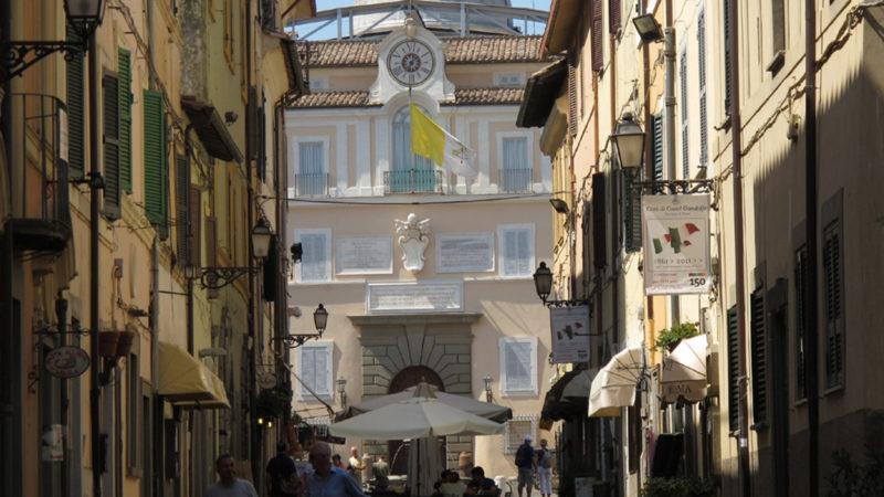 Die Eingangsfassade der päpstlichen Sommerresidenz in Castel Gandolfo | © Agathe Lukassek
