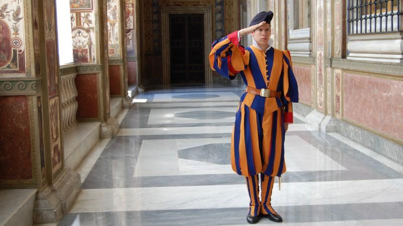 Un garde suisse dans les palais du Vatican (Photo: Jacques Berset)