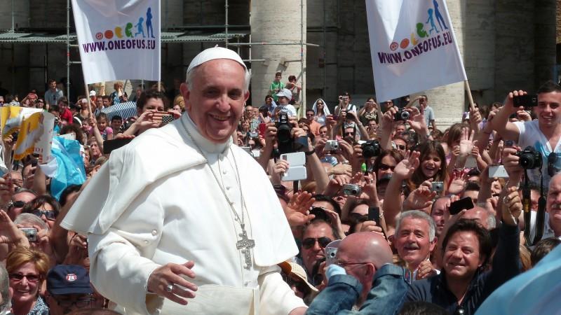 Le pape François place Saint Pierre de Rome (photo wikimedia commons Egard Jimenes  CC BY-SA 2.0)