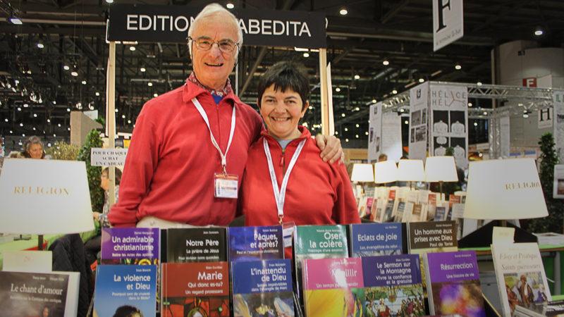 Eric Caboussat et son épouse, sur le stand de Cabédita, qui fait une large part au religieux et au spirituel (Photo: Bernard Litzler)