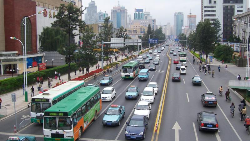 Une des rues principales de la ville de Kumming, dans la  province du Yunnan, en Chine. (Photo: Wikimedia)