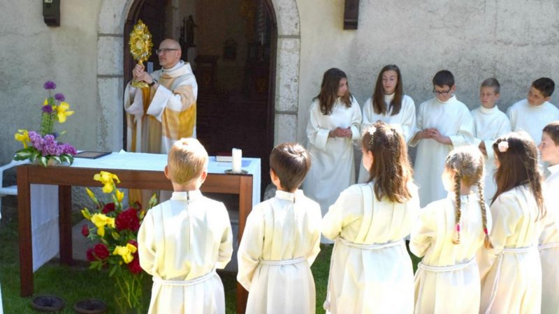 Fête-Dieu 2016 à Cornol Le prêtre présente l'Eucharistie dans l'ostensoir (Photo: Jacques Berset)