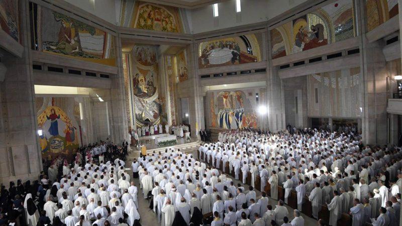 """Au sanctuaire Saint Jeasn Paul II, le pape François a invité les prêtres et consacrés à """"évangéliser et non à vivoter"""". (photo: Keystone)"""