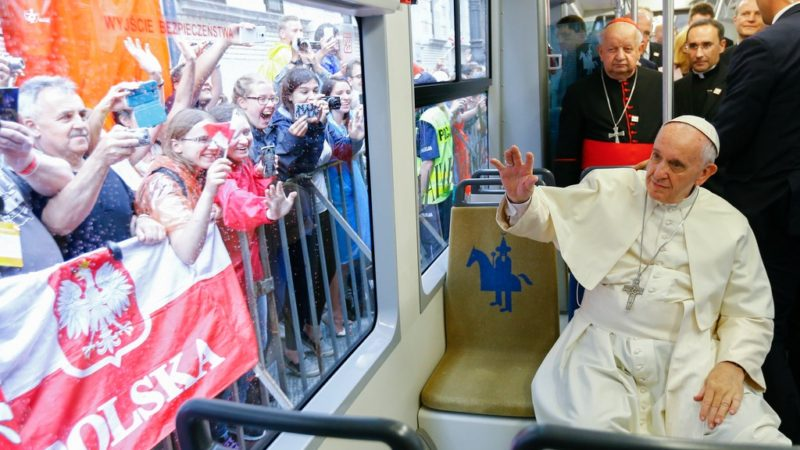Le pape François a parcouru le chemin entre l'archevêché de Cracovie et la grande plaine de Blonia en tramway. (Photo Keystone)