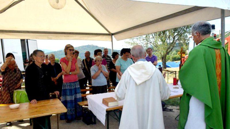Italie Messe dans le village de tentes qui accueille les sinistrés à S. Pellegrino di Norcia (Photo:  sir Servizio Informazione Religiosa)