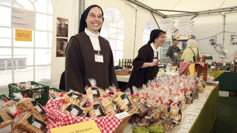 Marché monastique de Saint-Maurice, le 22 septembre. Les Soeurs du Carmel du Pâquier font un tabac avec leurs biscuits. (Photo: B. Hallet)