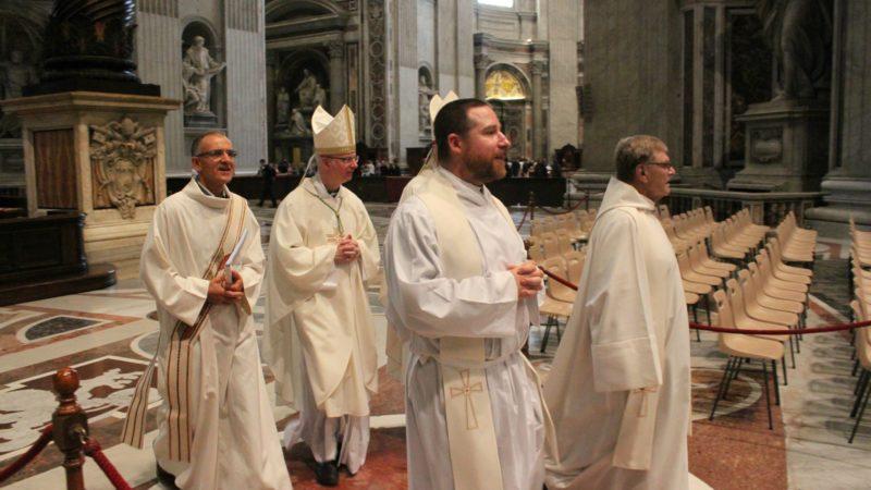 Messe à la basilique Saint-Pierre de Rome, le 24 octobre 2014: Mgr Charles Morerod, au milieu, avec Romain Julmy, diacre, les abbés Christophe Godel et Rémy Berchier vicaires épiscopaux (photo: Bernard Litzler).